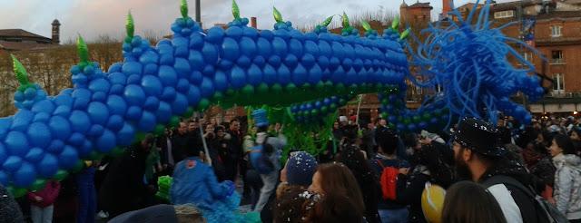 Dragón hecho de globos azules en el carnaval de Toulouse. 9 de abril de 2016. ©Selene Garrido Guil