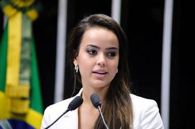 """Deputada chama atenção pela beleza e se torna """"Musa da Câmara"""" após votação"""