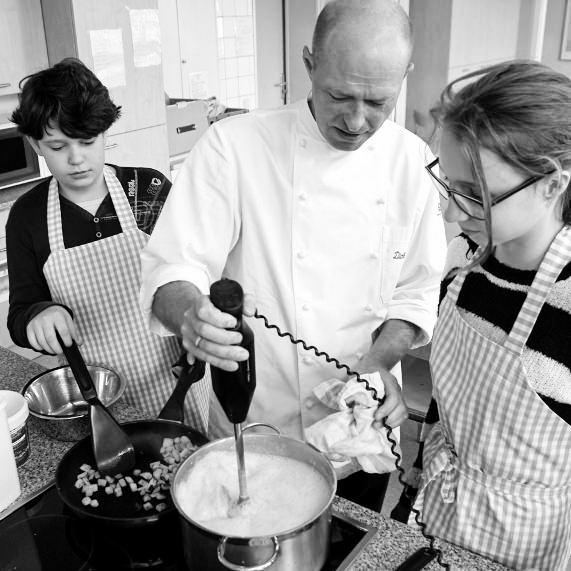 Spitzenkoch Dirk Maus (Foto oben), der für seine Künste am Herd bereits einen Michelin-Stern ergatterte. #MoToLogie #DirkMaus