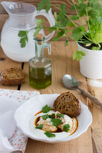 Cilbir, œufs pochés à la turque au Yaourt et aux épices