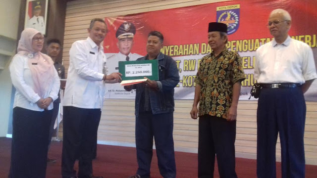 Pemerintah Kota Depok Salurkan Dana Penguatan Kinerja RT, RW dan LPM