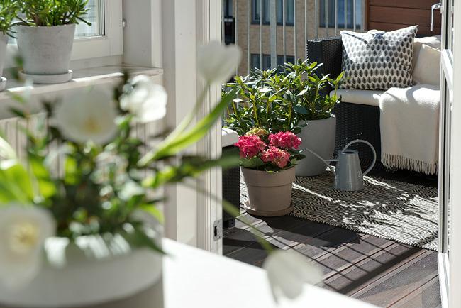 Bienvenido mayo balcones peque os con mucho encanto la for Jardineras para patios pequenos