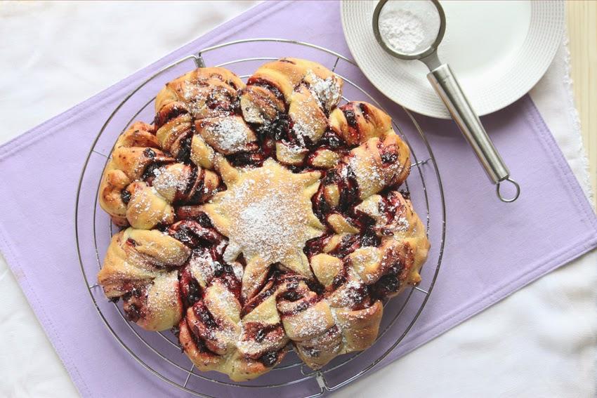 drożdżowe ciasto w kształcie gwiazdy z dżemem porzeczkowym
