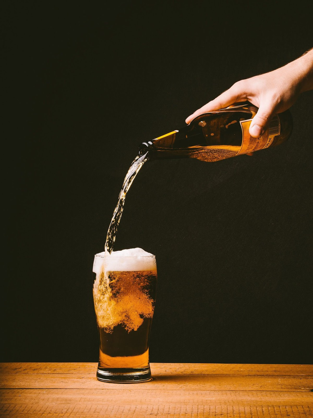 Процесс наливания пива в стакан