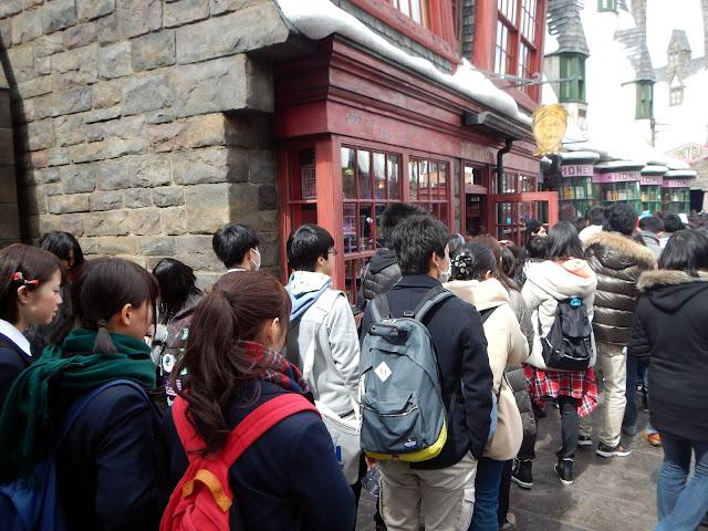 Larga cola para entrar en las tiendas de The Wizarding World of Harry Potter, en Universal Studios Japan