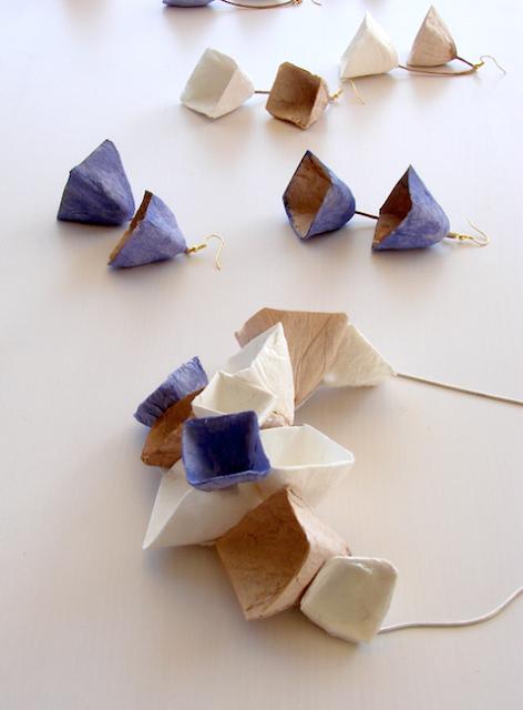 Collana e orecchini di carta a forma geometrica. Gioielli modulari di Alessandra Fabre Repetto