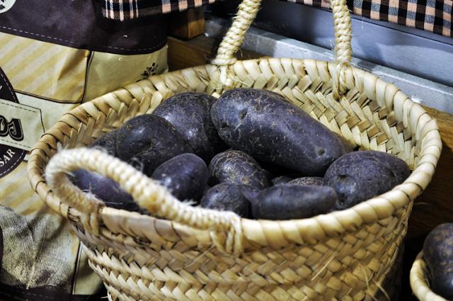 patatas moradas en una cesta