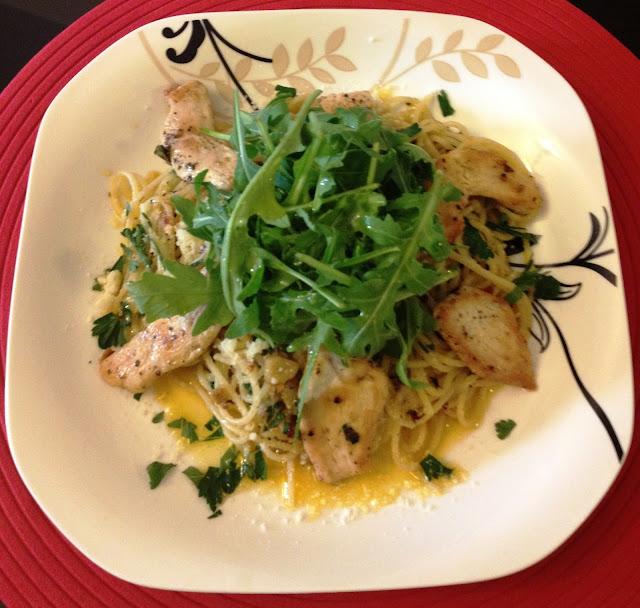 Spaghetti aglio e olio z kurczakiem i rukolą