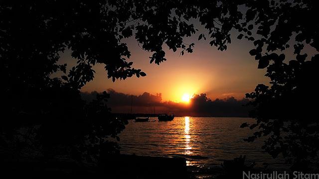 Kala sunrise menyapa Pantai Hadirin, Karimunjawa
