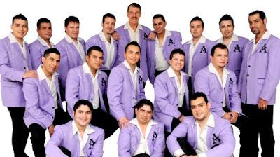 Foto de La Arrolladora Banda El Limón con uniforme de trabajo