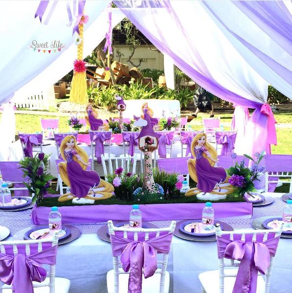 Decoracion De Rapunzel Para Fiestas Infantiles ~ Un centro de mesa especial con las figuras de Rapunzel a los lados y