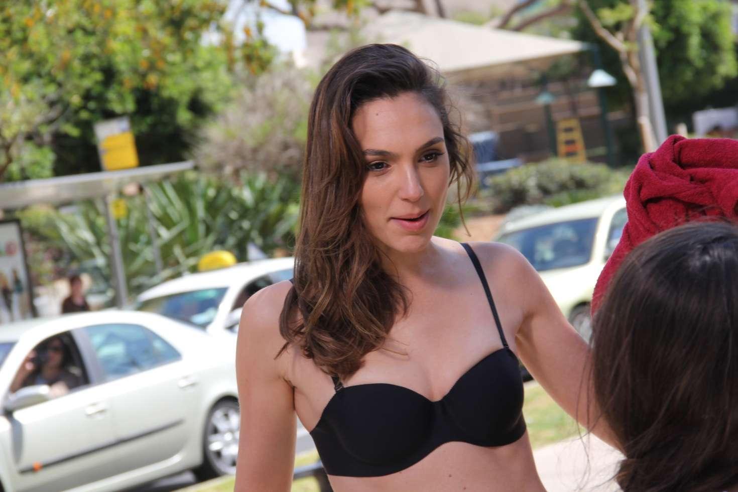 gal gadot sexy lingerie pics 02