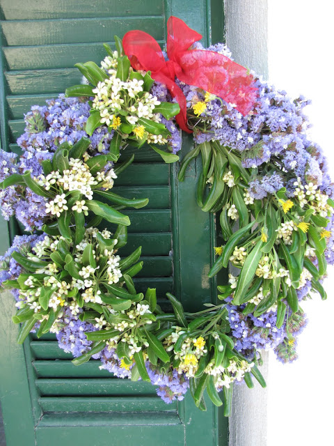 στεφάνι με λουλούδια από την φύση για την πρωτομαγιά