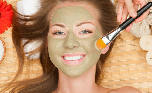 La máscara para la persona con la miel de los granos la sosa