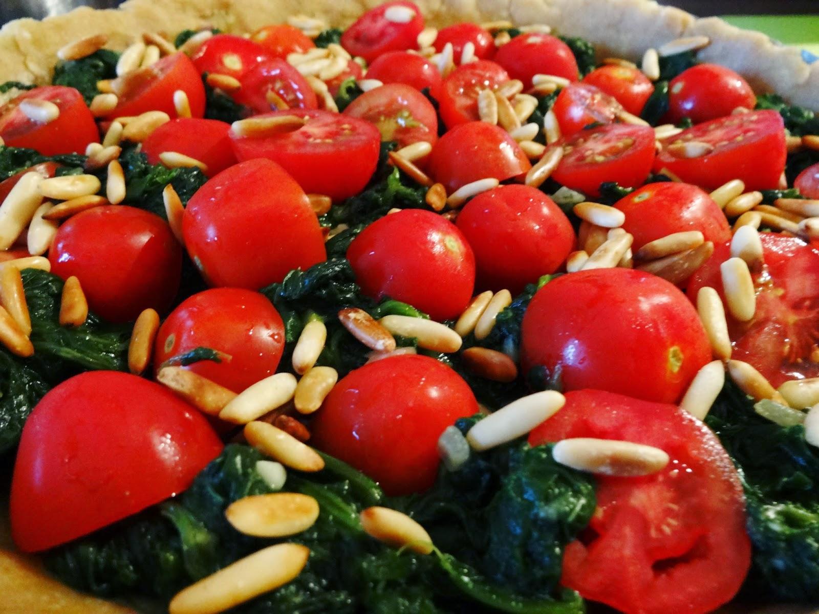 Herzhafte Quiche mit Blattspinat, Tomaten und Pinienkernen