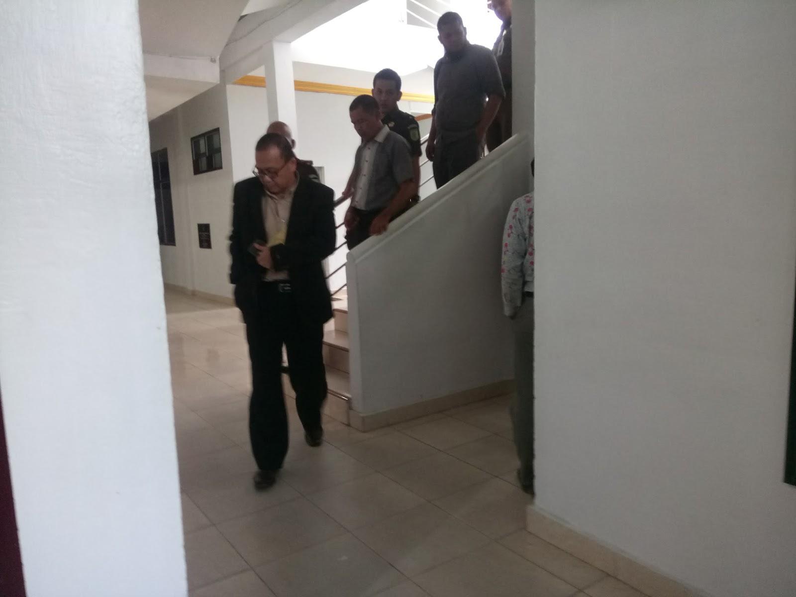 Direktur CV Mandiri M Yusuf saat keluar dari ruang penyidikan Kejaksaan Negeri Labuhanbatu, Rabu (14/2).