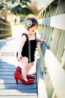 Foto Gambar Bayi Pakai Sepatu High Heels Kebesaran 16
