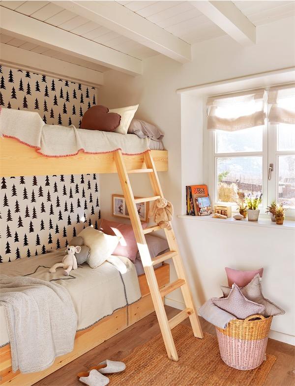 dormitorio infantil con litera y papel de pared de abetos chicanddeco