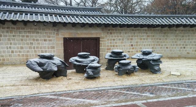 Esculturas Jangdockdae bajo la nieve