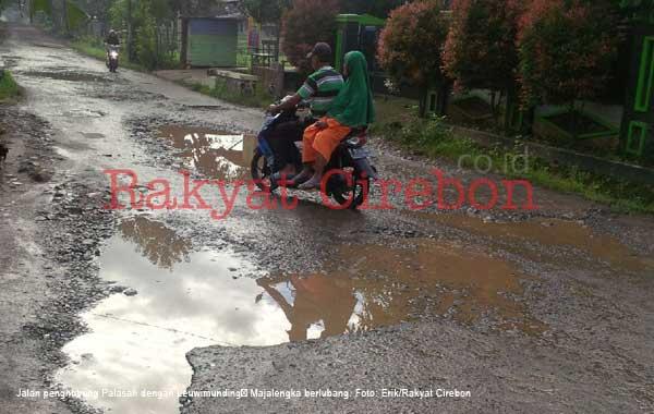 warga majalengka kesal kondisi jalan banyak yang berlubang