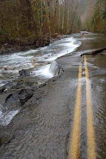 Jalan yang terbiar sehingga menjadi anak sungai.