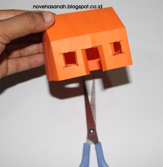 cara yang gampang untuk membuat rumah mainan dari kertas origami menggunting pola garis seperti huruf T dan H terbalik untuk membuat daun pintu dan jendela