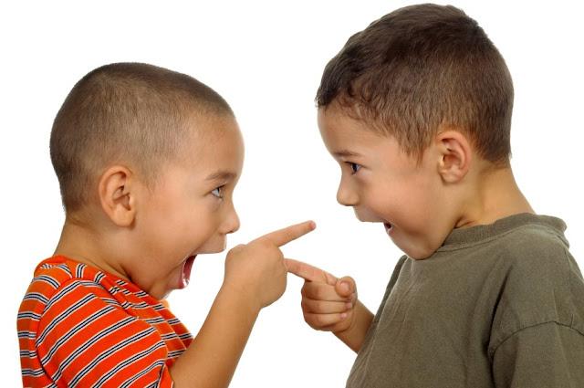 Dois meninos apontam o dedo um para o outro. Tomada de perspectiva