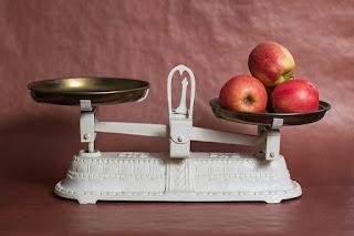 天秤と皿の上のリンゴ