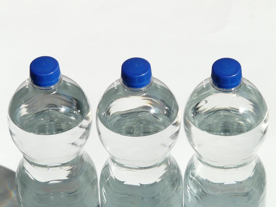 leau en bouteille dnonce une liste des marques que les experts recommandent dviter