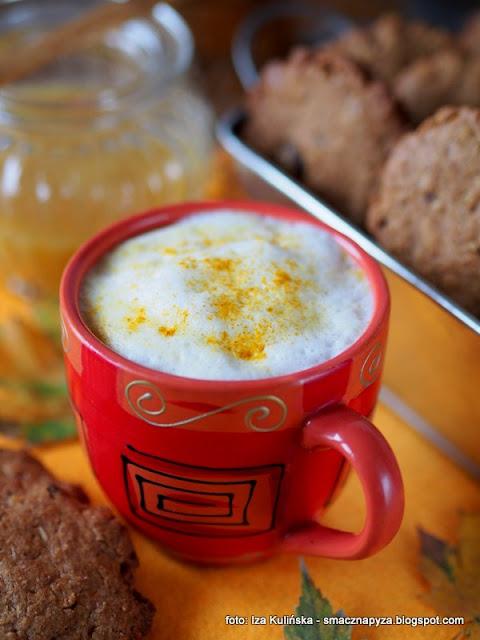 kawusia, kubek kawy, kawa z przyprawami, przyprawy korzenne, kurkuma, ciasteczka pelnoziarniste, dodatek do kawy, inka, kawka