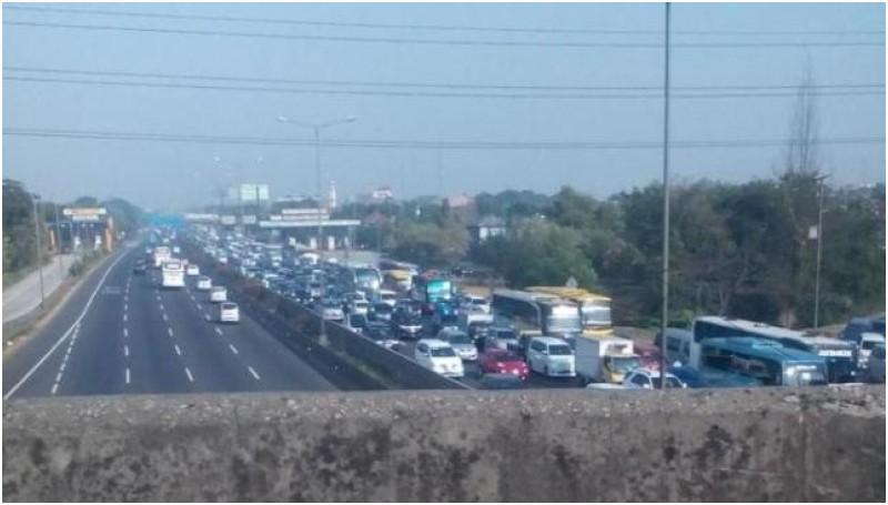 Kemacetan di KM 66 Tol Cikampek-Jakarta