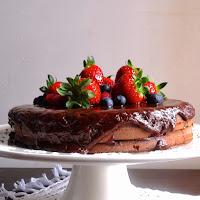 Bolo de chocolate com recheio de frutos vermelhos