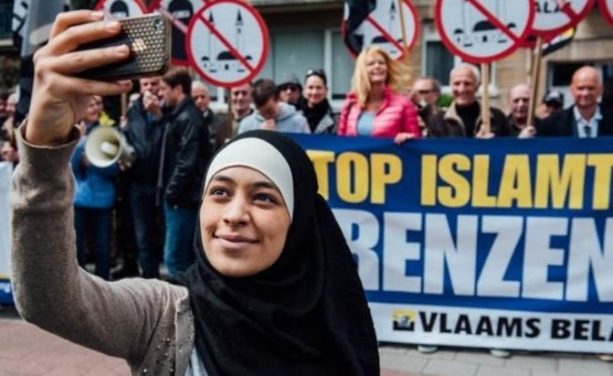 Detik Cemas Gadis Muslim Selfie Depan Demo Anti-Muslim
