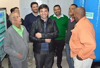 Secretários Raphael Teixeira e Julio Cesar Ambrosio com Virgílio Delgado, responsável técnico da Renal, e pacientes em visita ao Centro Municipal de Diálise