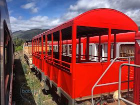 vue sur l'arrière du train rouge