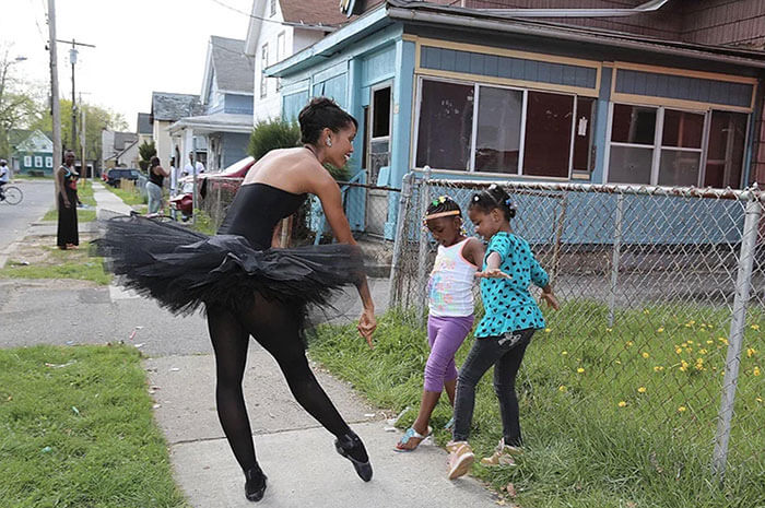 30 Heartwarming Photos That Restored Our Faith In Humanity - Ballerina Aesha Ash Is Wandering Around Inner City Rochester In A Tutu To Change Stereotypes About Women Of Color And Inspire Young Kids