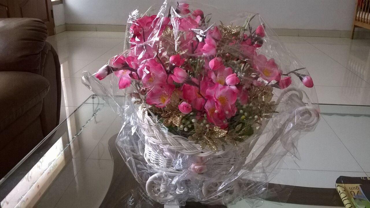 Pot bunga pake sisa bahan dari corsage. Sengaja minta dipakein plastik  bening biar ga berdebu. be7e8f1fd6