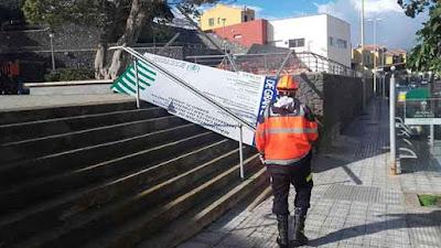 El viento tira carteles y ramas en Las palmas de Gran Canaria