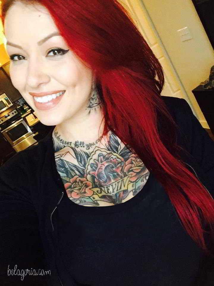 Una chica con tatuaje en el pecho muy bonito