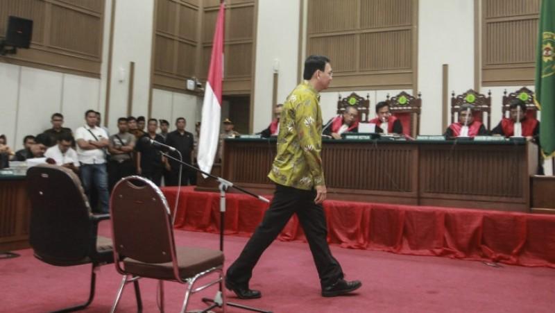 Ahok memasuki ruang persidangan di PN Jakut