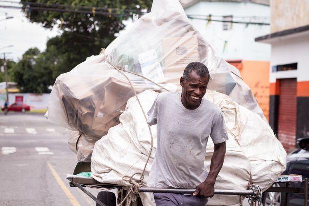 Conheça a história do pastor que trabalha como catador de lixo para sobreviver