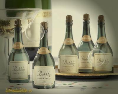 Unas preciosas miniaturas de botellas de champagne que son unos divertidos pomperos para llenar tu fiesta de pompas divertidas.