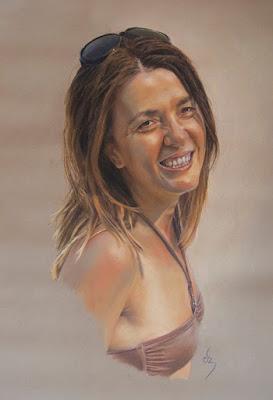Retrato a pastel de mujer sonriendo