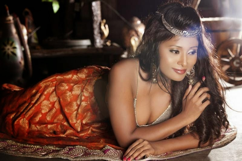 Nikita Gokhale hot cleavage show in ghagra choli