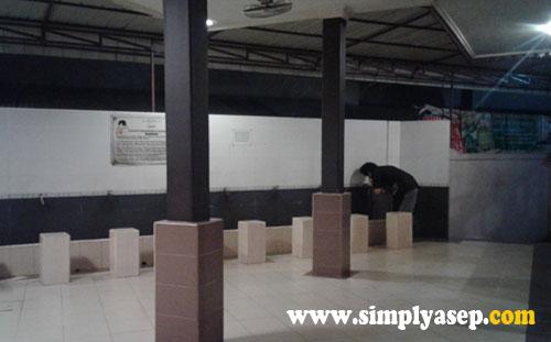 WUDHLU :  Terseda tempat berwudhlu yang terpisah antara Jamaah perempuan dan Jamaah laki laki.  Foto Asep Haryono