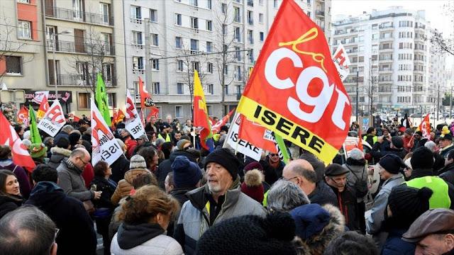 """Los """"chalecos amarillos"""" y sindicatos unen fuerzas contra Macron"""
