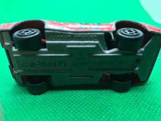 フェラーリ GTO のおんぼろミニカーを底面から撮影