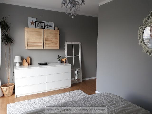 jak ukryć telewizor, jak schować telewizor, drewniana szafka na telewizor, szara sypialnia, biała komoda Malm, drewniane domki, telewizor w sypialni, białe pikowane łóżko,