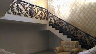 Rumah dengan Railing Tangga Klasik yang bagus