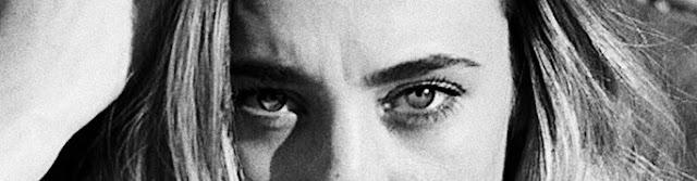 La imagen muestra arrugas de expresión en el entrecejo de una mujer joven.